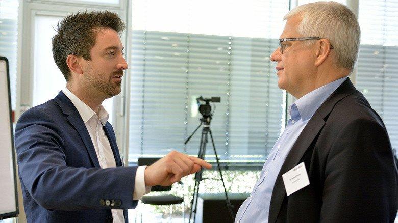 Doppelpass: Tim Jäger von Eintracht Frankfurt und  Thomas Brunn (rechts) vom Arbeitgeberverband Hessenmetall.