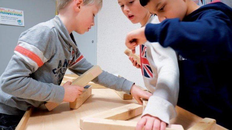 Teamwork: Luis, Miguel und Haschem bei ihrem Holzklötzchen-Experiment. Foto: Higo