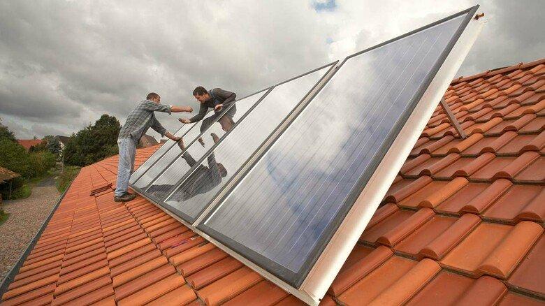Installation von Solarkollektoren: Damit kann man Warmwasser erzeugen und die Heizung entlasten. 30 Prozent Heizungsförderung gibt es dafür.