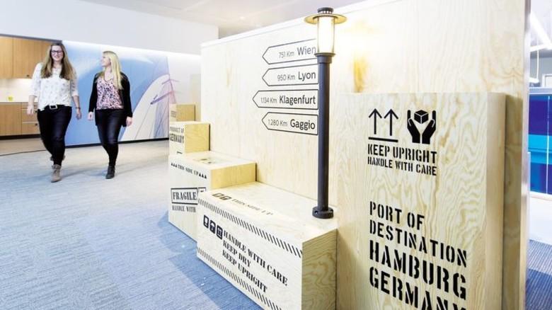 Hafen-Flair: Auf allen Etagen finden sich Motive mit Hamburg-Bezug. Foto: Philips/Frank von Wieding