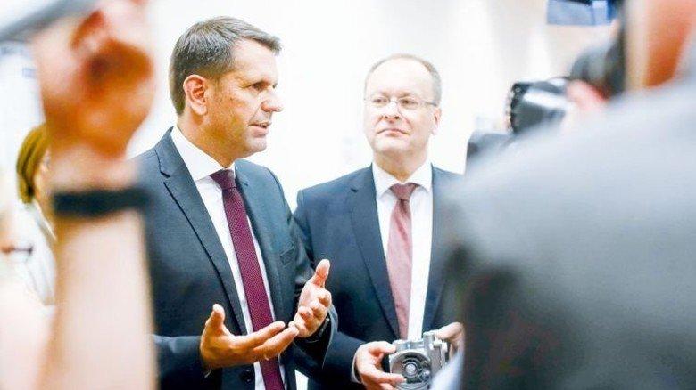Reden über die Zukunft: Niedersachsens Wirtschaftsminister Olaf Lies (links) und der Wabco-Chef Jürgen Heller. Foto: Schaarschmidt