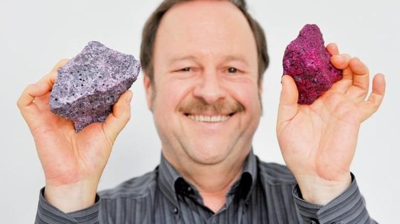 Bunte Brocken: Chemiker Reiner Kunz zeigt fertige Varianten des Minerals. Foto: Sigwart
