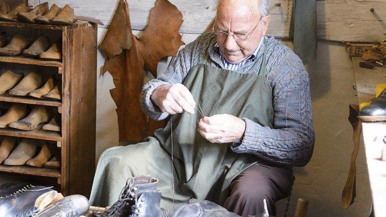 Altes Handwerk zum Zuschauen: Ein Schuhmacher im Bauernhaus-Museum Allgäu-Oberschwaben Wolfegg. Foto: Bauernhaus-Museum Wolfegg