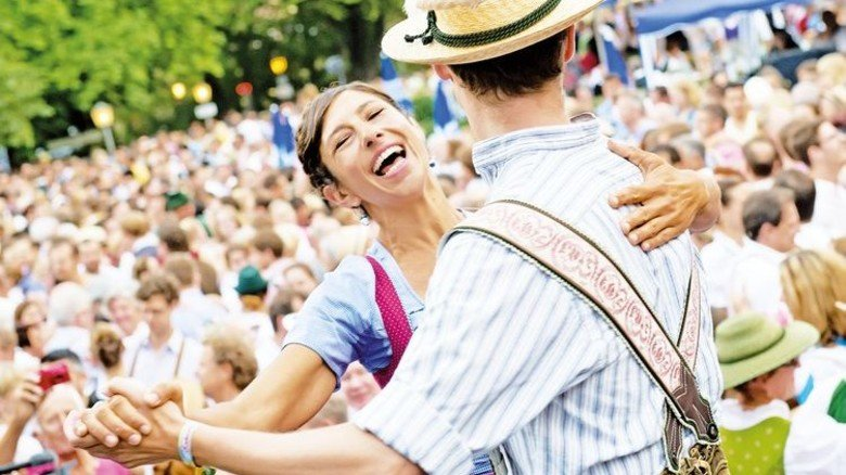 Lebensart: Die Bayern verstehen zu Feiern, zum Beispiel in Münchens Englischem Garten, wo ein Pärchen ausgelassen tanzt. Foto: DPA
