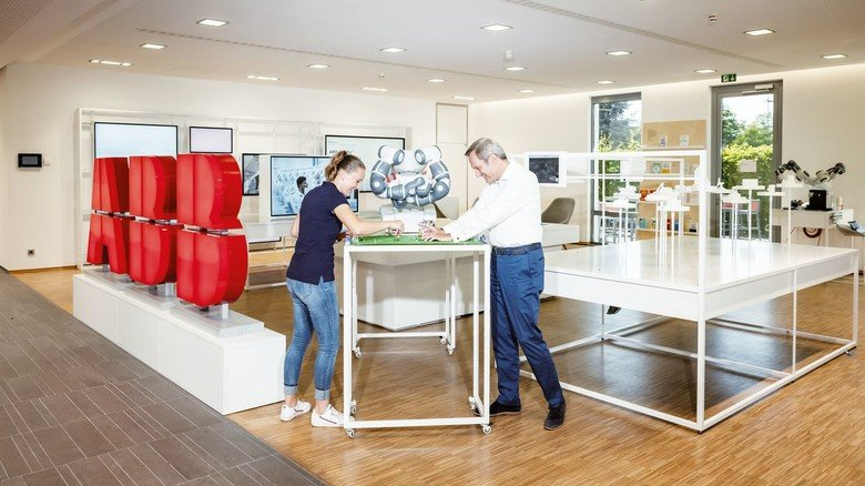 Im Betrieb: Riepl spielt Tipp-Kick mit ABB-Arbeitsdirektor Markus Ochsner.