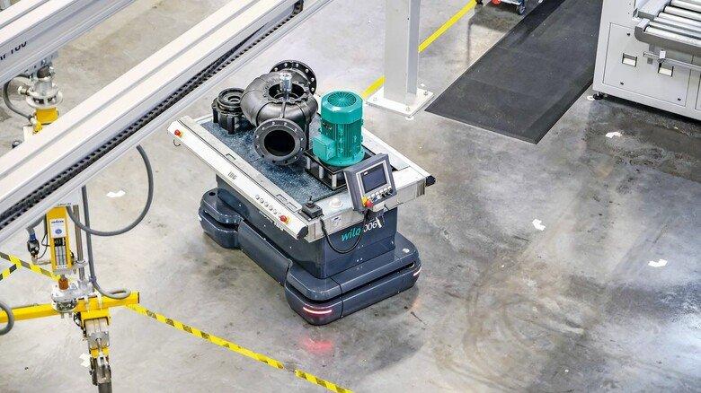 Hightech: Selbstfahrende Wägelchen bringen beim Dortmunder Pumpenproduzenten Wilo die Bauteile selbstständig zu den Montageplätzen.