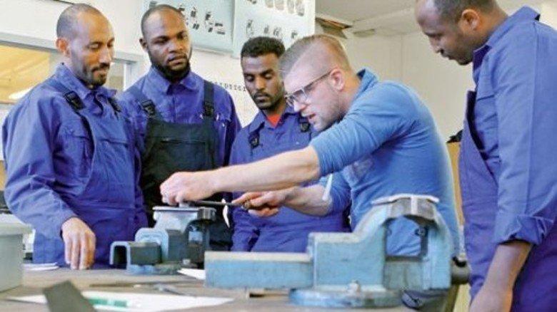 Praxis: In einer Werkstätte in Augsburg beschäftigen sich Teilnehmer mit Metallberufen. Foto: Zoepf