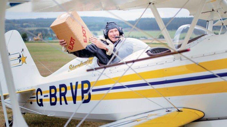 Luftpost: Wenn's ganz eilig ist, beliefert Radenbach Kunden mit seinem Doppeldecker. Foto: Moll