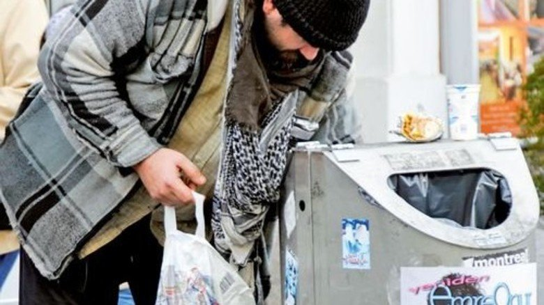 Flaschensammler: Für manche zählt jeder zusätzliche Cent. Foto: dpa