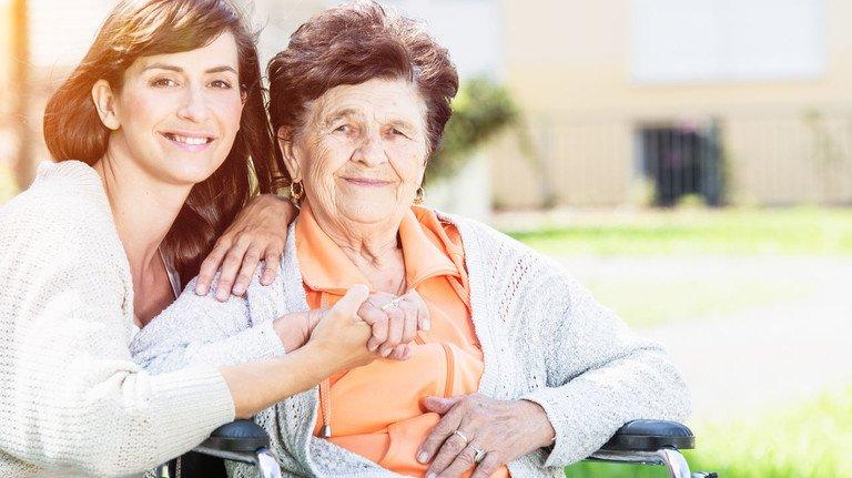 Pflege im Alter: Oft sind es Familienangehörige, die im Falle der Pflegebedürftigkeit schnell reagieren und Hilfe organsieren müssen.