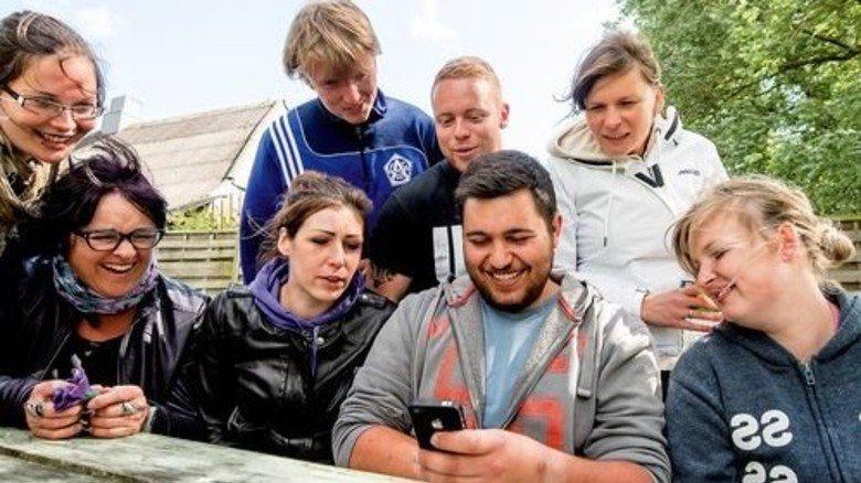 Mittendrin im Leben: Nils-Odin Wirsching (in der Hand das Smartphone) mit seinen Mitschülern der Berufsschule. Foto: Roth