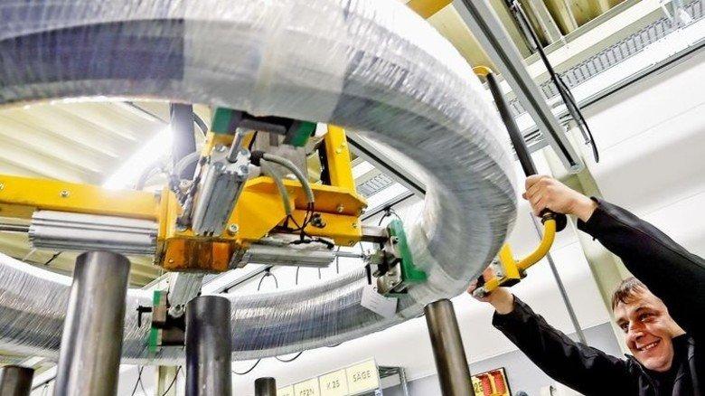 Optimierter Ablauf: Mathias Handelmann hievt das Drahtcoil zur Maschine. Foto: Gossmann