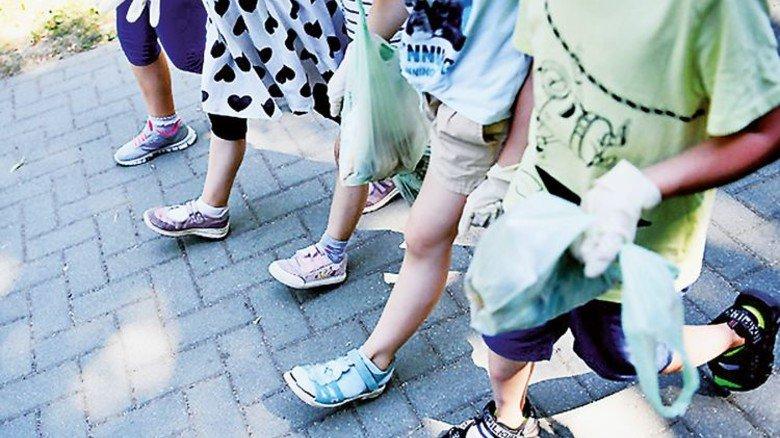 Mitmachen: Auch viele Kinder und Jugendliche beteiligen sich an der Umweltaktion, hier in Berlin. Foto: dpa