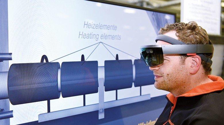 """Digitaler Durchblick: Daniel Behnke von dre Firma Weidmüller mit der Datenbrille. Sie zeigt zum Beispiel Arbeitsschritte als Video: """"So hat man beide Hände fürs Umrüsten einer Maschine frei."""""""