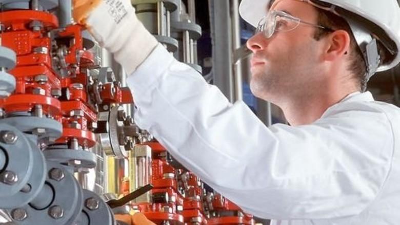 Teure Fachkraft: Jede Stunde Arbeit kostet die Betriebe deutlich mehr als 2010. Foto: Lanxess