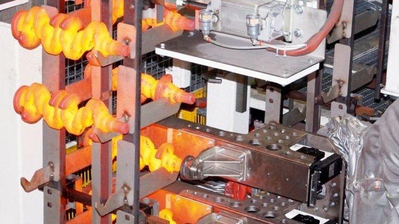 Entlastung: Bei Thyssenkrupp Gerlach kümmert sich ein Roboter um glühende Gelenkwellen. Foto: Werk