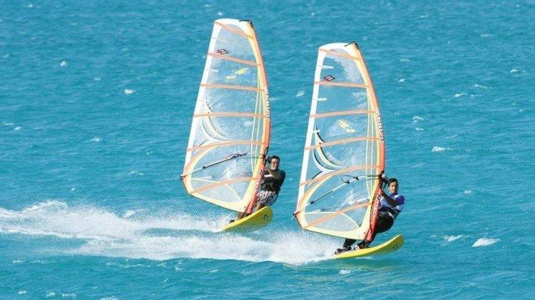 Ordentlich Wind im Segel: Beim Surfen in Langlau in Mittelfranken. Foto: VDWS Surfschule Langlau