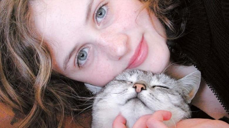 Innig verbunden: In 22 Prozent aller Haushalte leben hierzulande Katzen. Foto: IVH