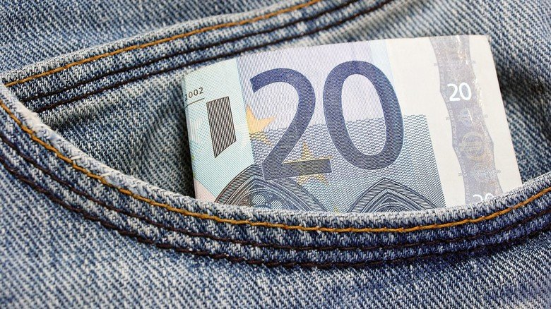 Mitgewaschen? Macht nichts. Das Baumwollpapier des Geldscheins ist nass besonders reißfest.