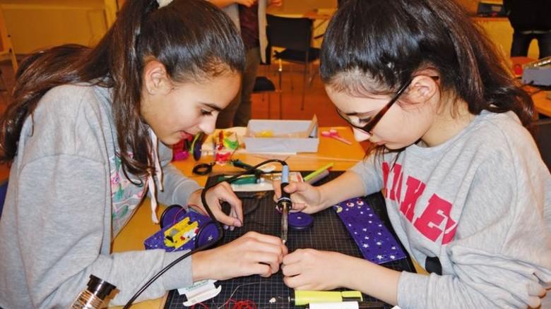 Mit Spaß dabei: Schülerinnen beim Erfindercamp. Foto: Nordmetall
