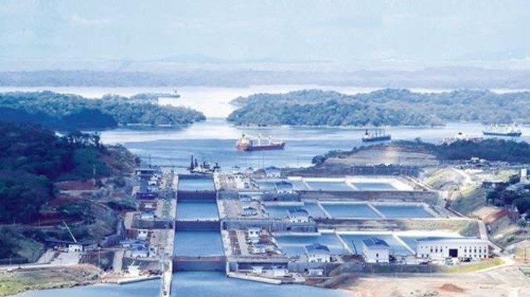 Gewaltig: Durch je drei Schleusenstufen fahren die Schiffe in den Kanal hinein und heraus. Foto: Werk