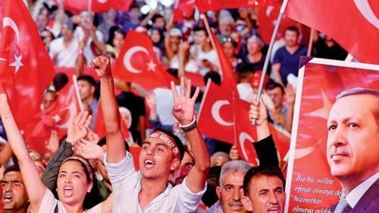 Fahnenmeer: Anhänger von Recep Tayyip Erdogan im August bei einer Großkundgebung in Istanbul. Foto: dpa
