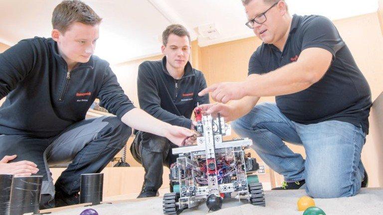 Ernsthafte Arbeit: Max Bosse, Christoph Berling und Sören Haak (von links) beim Training. Foto: Moll