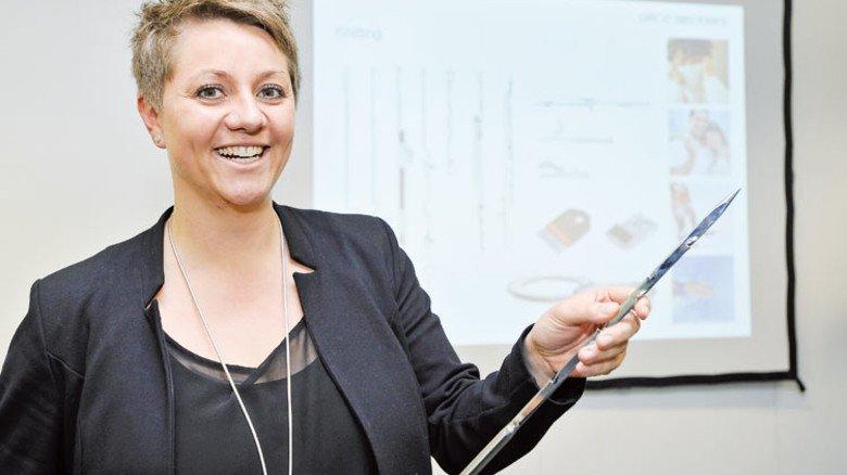Im Job: Rebecca Merz erklärt bei einer Schulung die Filznadel. Das Modell ist stark vergrößert. Foto: Sigwart