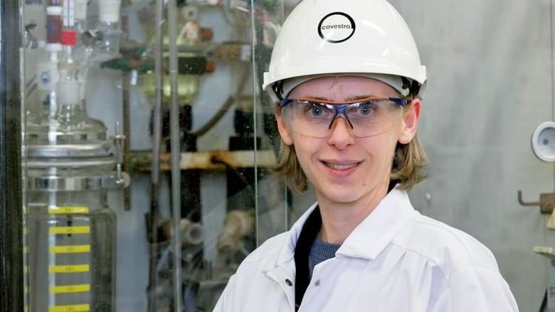Hofft auf den großen Wurf: Yuliya Schiesser in der Chlorproduktion. Foto: Werk
