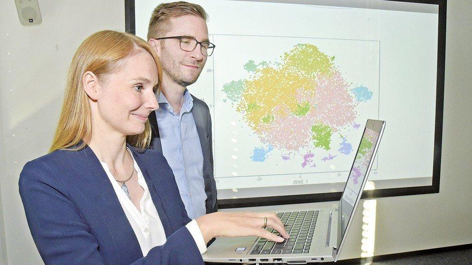 Eingefärbte Nervenzellen weisen den Weg: Wissenschaftler Janina Ried und Peter Reinhardt suchen im Labor und am Rechner nach neuen Therapiemöglichkeiten.