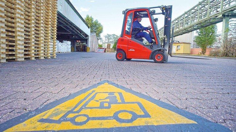 Achtung: Große Bodenmarkierungen warnen vor dem Gabelstaplerverkehr.