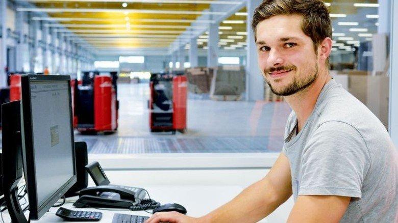 Steuerung per Mausklick: Disponent Matthias Hengler am Computer. Foto: Scheffler