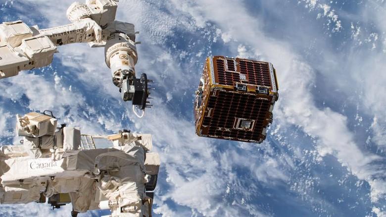 Das Experiment: Der kastenförmige Remove-Debris-Satellit (rechts), der von der ISS ausgesetzt wurde. Foto: Airbus