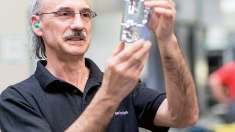 """Genauigkeit ist alles: Feinmechaniker Bernd Stude mit einem """"Monolithen"""". Foto: Küstner"""