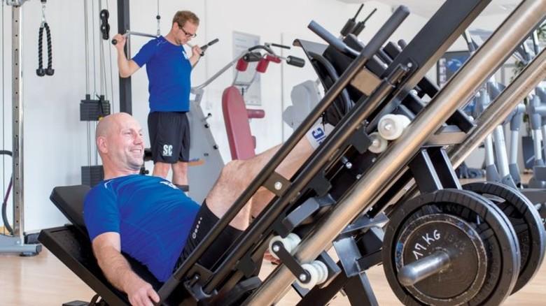 """""""Hier vergesse ich alle Sorgen"""": Im firmeneigenen Fitnessstudio powert sich der alleinerziehende Vater Leimbach aus. Foto: Moll"""