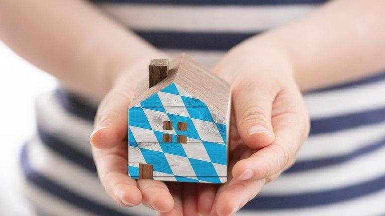 Beim Bau eines Eigenheims werden in Bayern besonders Familien gefördert. Montage: Roth