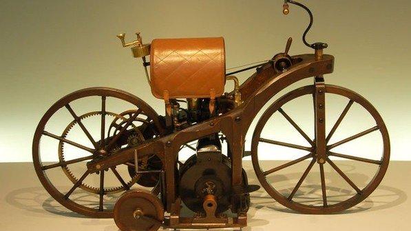 Sieht aus wie ein Fahrrad mit Stützrädern: Das erste Motorrad der Welt war alles andere als ein heißer Ofen. Foto: Wladyslaw