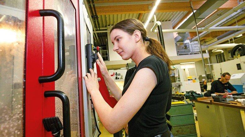 Faszinierend: Lisa Stöger macht beim Unternehmen Eugen Woerner zum ersten Mal Bekanntschaft mit einer Fräsmaschine.