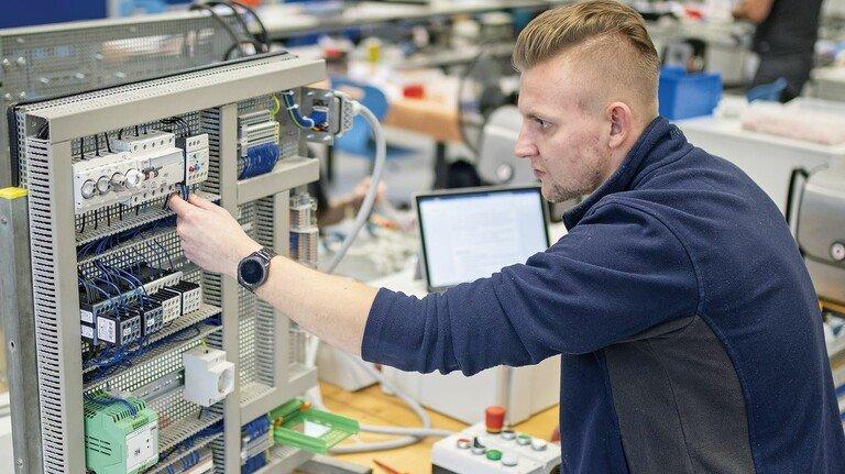 Alles geregelt: Für seine zukünftige Tätigkeit arbeitet sich Dennis Jakubik gerade in die Elektrotechnik ein.