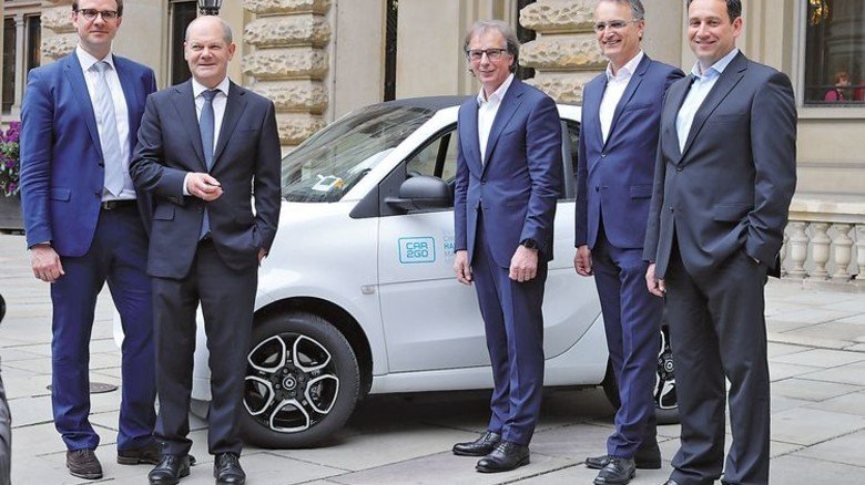 Entschlossen: Bürgermeister Olaf Scholz (Zweiter von links) und Verkehrsstaatsrat Andreas Rieckhof (Zweiter von rechts) nach der Vertragsunterzeichnung mit Daimler. Foto: Daimler