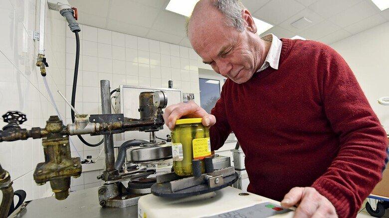 Alter Hase: Labortechniker Thomas Heyde ist seit 1986 bei Pano. Hier prüft er, welche Kraft beim Öffnen eines Gurkenglases erforderlich ist.