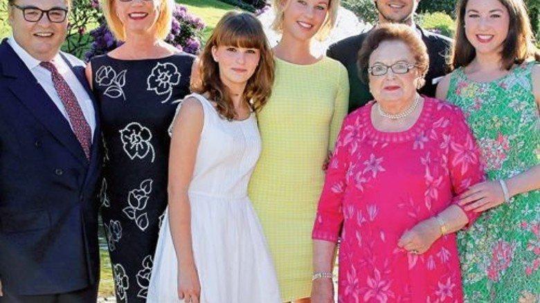 Familie Lindner: Vater Michael, Ehefrau Daniela, die Kinder Patricia, Vanessa, Nicolas und Alicia (von links) mit Gründerin Annemarie (vorne). Foto: Sage