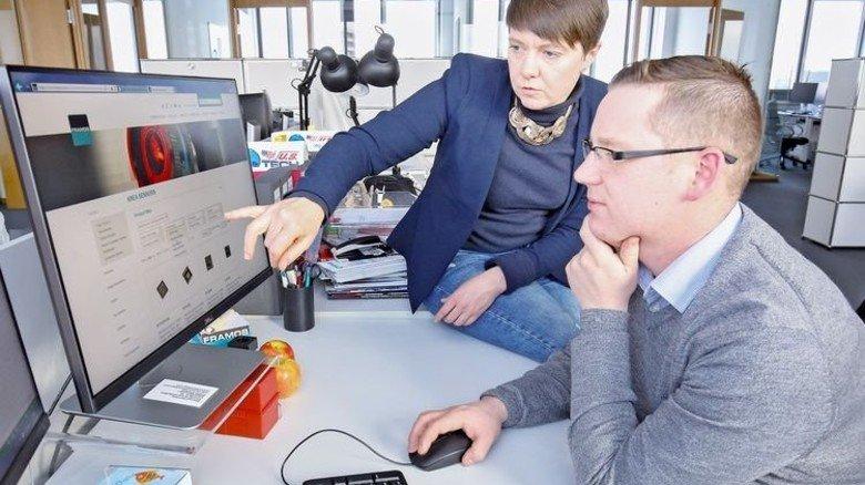 Aufmerksam: André Zaniuk mit einer Kollegin am Arbeitsplatz im Büro. Foto: Bodmer