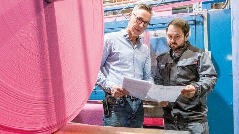 Kontakt zu Kollegen: Börger im Gespräch mit Industriemeister Pascal Reth. Foto: Roth