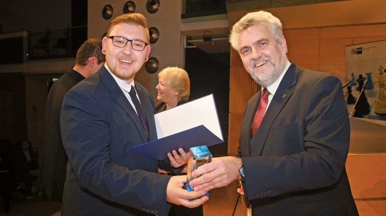 Festlicher Moment: Sachsen-Anhalts Wirtschaftsminister Armin Willingmann überreicht das Meisterzeugnis. Foto: Sturm