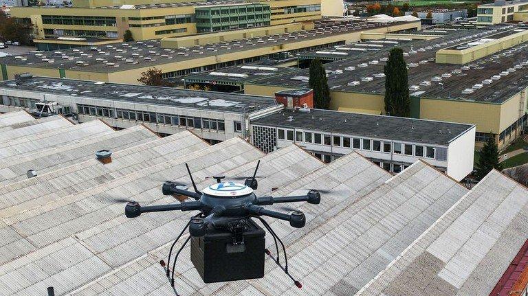 Sie hat es im Griff: Die Drohne transportiert Ersatzteile auf dem Werkgelände von ZF in Friedrichshafen. Foto: ZF