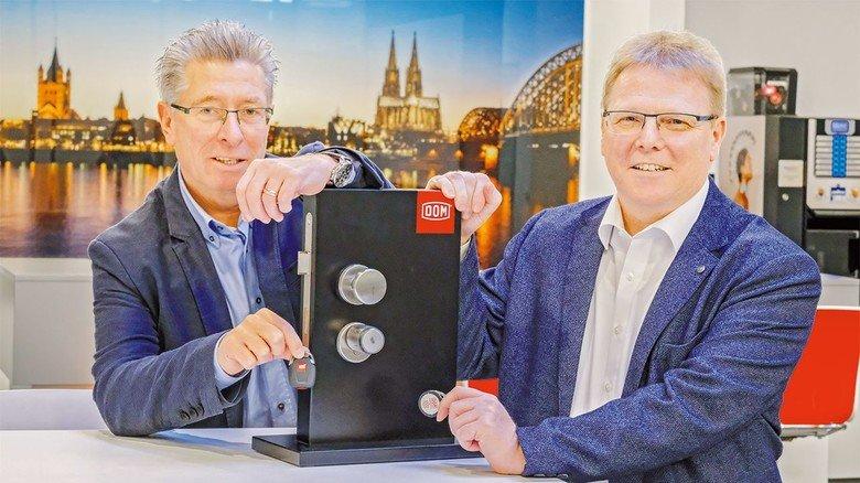 Mit Präsentationsbox: Geschäftsführer Jürgen Maronn und Vertriebschef Ralf Pütz (rechts).