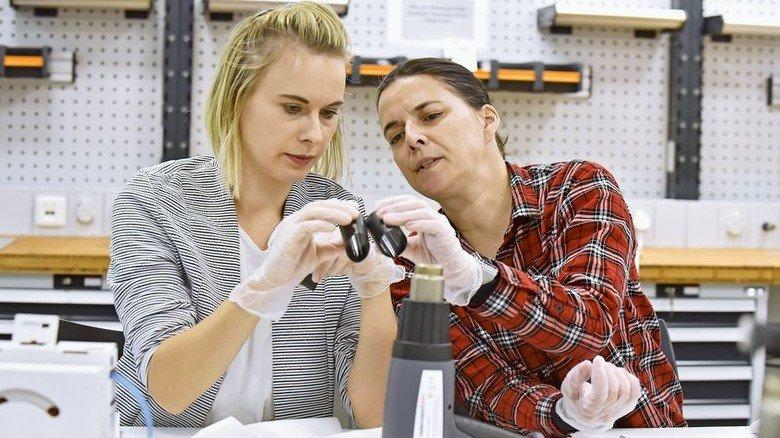 Geschulter Blick: Anna Taris (links) begutachtet gemeinsam mit ihrer Kollegin Simone Belka zwei unterschiedliche Schrumpfschläuche. Foto: Christian Augustin