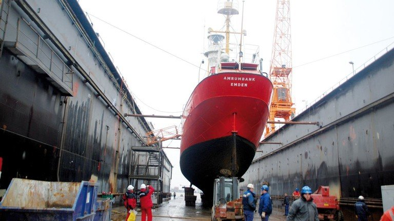 Im Dock: Das historische Feuerschiff kurz nach der Ankunft bei EWD.