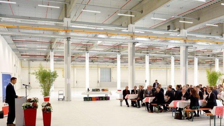Startschuss: Nach der Eröffnung werden in dieser Halle mit neuester Technologie Sportschuhe produziert. Foto: Scheffler